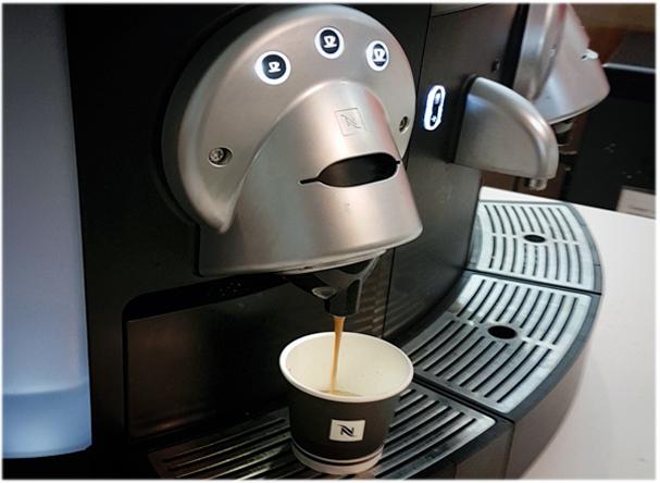 le café coule à la machine